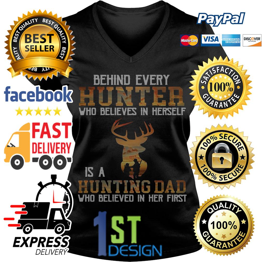 Behind every hunter who believes in herself is a hunting dad V-neck T-shirt